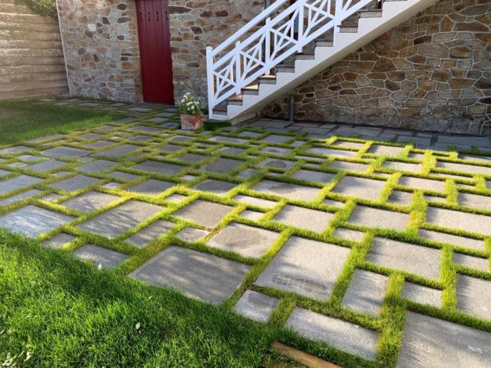 Terrasse pierres naturelles - joints en gazon Pornic