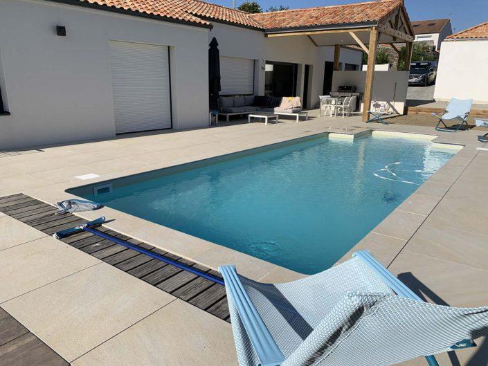 Terrasse en carrelage pornic piscine Au Jardin des Rêves