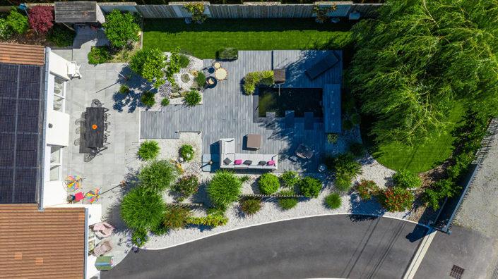 Au Jardin des Rêves paysagiste Terrasse composite autour d'un bassin, massif, séparation - allée gazon synthétique